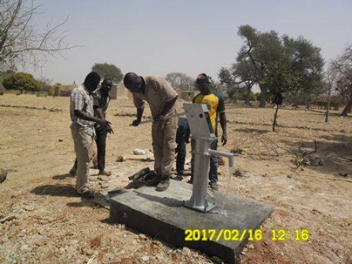 der Brunnen in Mouni ist fertiggestellt