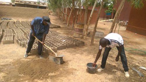 die ersten Steine für den Schulanbau werden erstellt